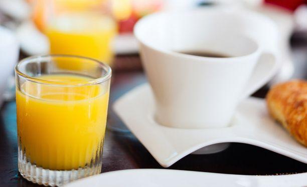 Kellonajasta riippumatta on hotelliaamiaisella tarjolla mehua, kahvia ja voisarvia.