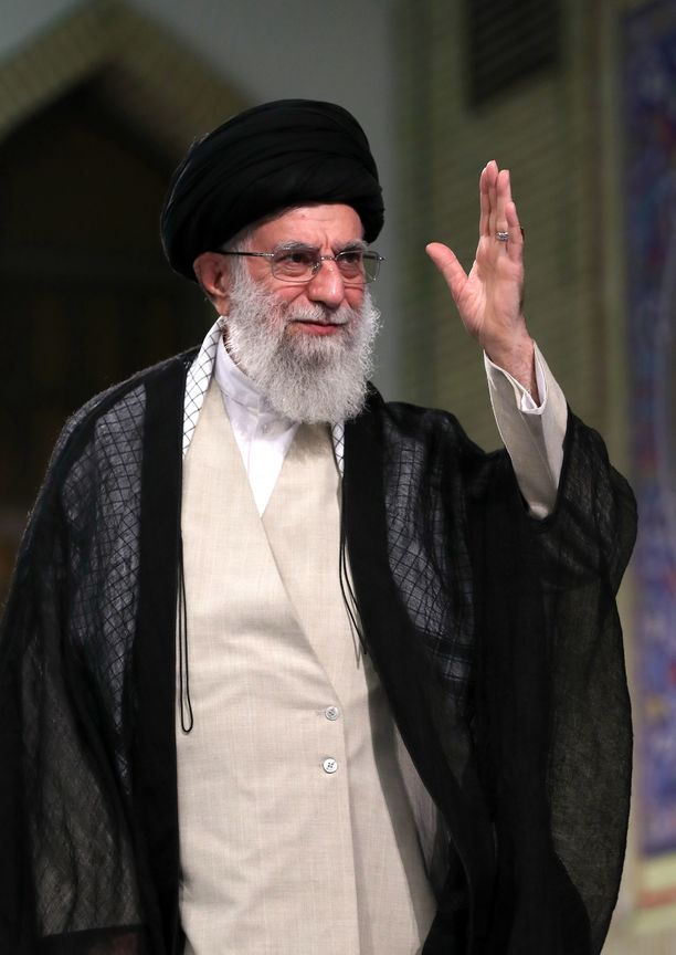 Iranin ylin johtaja Ali Khamenei sanoi Iranin kostavan aiemmin tapahtuneen iranilaistankkerin haltuunoton, johon Britannian laivasto osallistui.