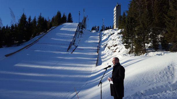 Jyväskylän kaupunginjohtaja Timo Koivisto piti muistopuheen.