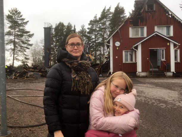 Henrika Koskivirta, tytär Hertta Junkala ja Hertan luokkakaveri Veera Vataja kävivät katsomassa tyttöjen koulua maanantaina iltapäivällä.