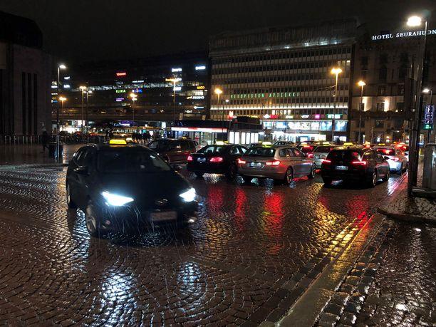 Helsingin asema-aukiolla on lauantaina alkuillasta takseista ylitarjontaa. Kaikki autot eivät mahdu aukiolle, vaan osa tukkii kadun vartta.