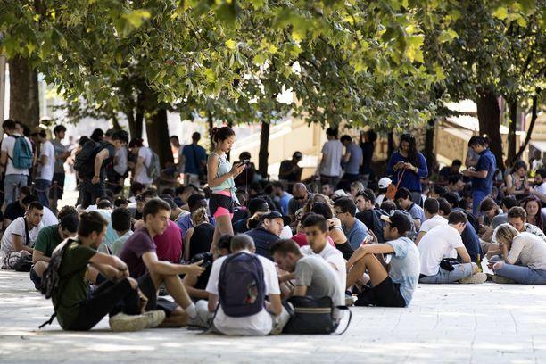 Puhelimien käyttö kiellettiin ala- ja yläkouluissa kokonaan. Lukioissakin näin voidaan määrätä.