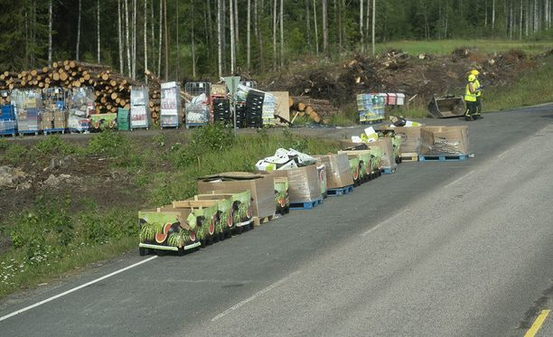 Meloneja kuljettaneen rekan perävaunu kaatui Leivonmäellä perjantaina.