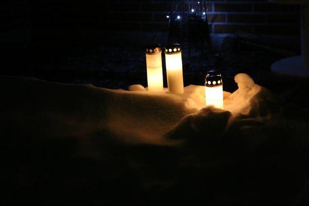 Uhrin kotitalon eteen tuotiin tammikuussa kynttilöitä.
