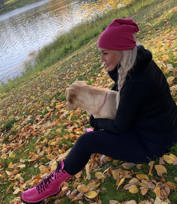 Minna Mannikaisen oli vaikea uskoa, että pieni haava voisi aiheuttaa perusterveelle hengenvaarallisen tulehduksen. Kuvassa myös Mila-koira.
