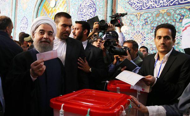Hasan Ruhani (vas.) on maan istuva presidentti. Hän voitti Iranin vaalit ylivoimaisesti.