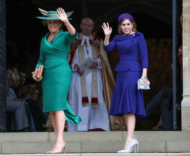 Morsiamen äiti Sarah Ferguson ja isosisko prinsessa Beatrice edustivat samankaltaisissa asuissa. Jalokivisävyt pukevat kumpaakin erityisen kauniisti.