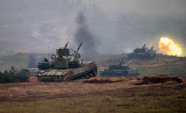 Valkovenäläisiä tankkeja Venäjän ja Valko-Venäjän yhteisessä Zapad-sotaharjoituksessa Valko-Venäjällä syyskuussa 2017.