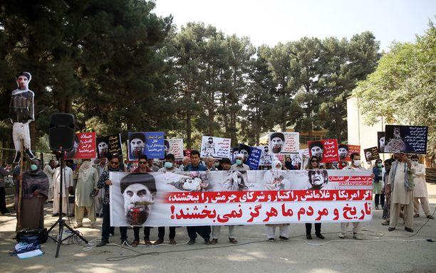 Hekmatyaria vastustavia mielenosoittajia Kabulissa torstaina. Emme koskaan unohda, kylteissä sanotaan.
