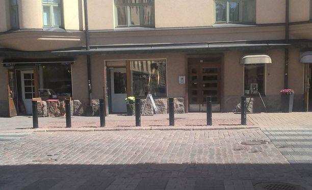Pahoinpitely tapahtui Helsingin Kampissa Yrjönkadun ja Eerikinkadun risteyksen kohdalla. Tapahtumalla oli useita silminnäkijöitä, ja tilanteesta on olemassa myös videotallenne.