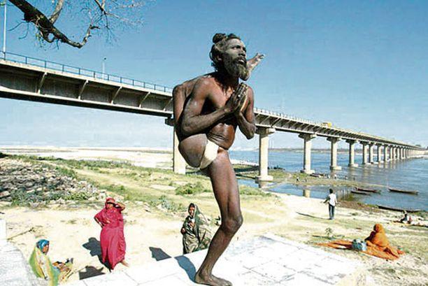 KONSTIT ON MONET Suomalaisella uimarannalla tämä herrasmies onnistuisi ehkä kääntämään temppuilullaan neitosten huomion puoleensa, mutta Gangesin rannalla tällä ihme fakiirilla ei ollut liiemmin kysyntää.