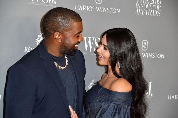 Forbes-lehden mukaan Kim Kardashianin nettovarallisuus on noin 312 miljoonaa euroa.  Kanye West jää tuloissa mitattuna vaimonsa taakse noin 160 miljoonan euron varallisuudellaan.