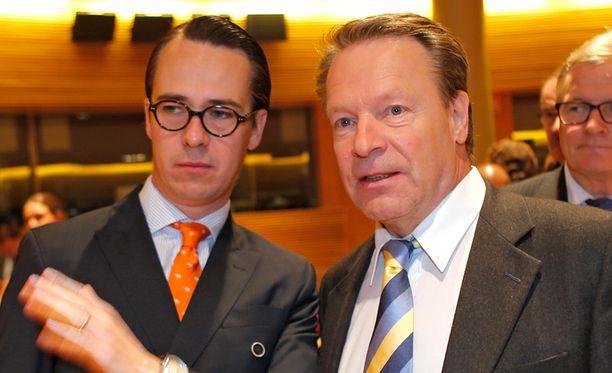 Puolustusministeri Carl Haglund (kuvassa vasemmalla) ja kansanedustaja Ilkka Kanerva (koko) ovat ottaneet kantaa maa- ja kiinteistökauppoihin.
