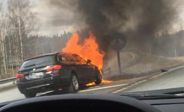 Autopalosta nousi sankka savupilvi.