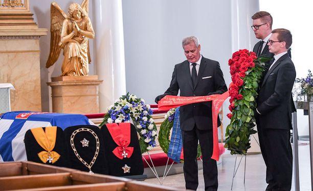 SDP:n puheenjohtaja Antti Rinne, puoluesihteeri Antton Rönnholm sekä eduskuntaryhmän puheenjohtaja Antti Lindtman laskivat arkulle seppeleen.