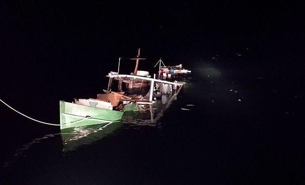 Hangon läntisellä selällä huvivene ja merenmittausalus törmäsivät toisiinsa sunnuntaina yöllä.