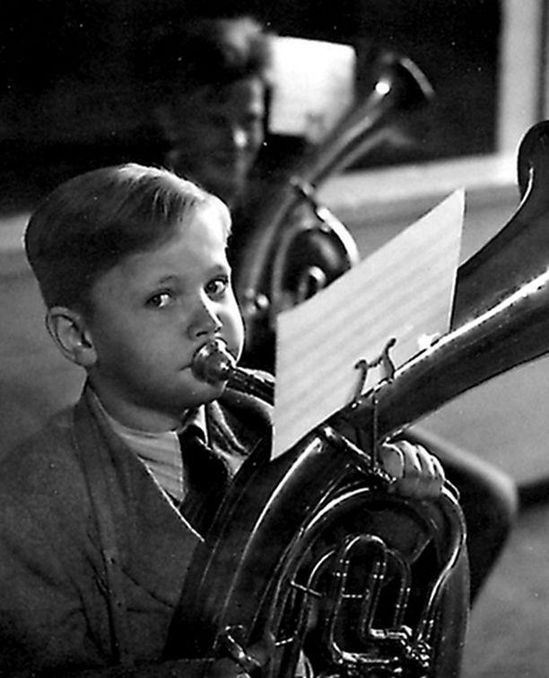 – Äidin ja musiikkiopettaja isän kouluun Vallilan kansakouluun hankittiin kaikki tärkeät vasket tuubasta es-kornettiin. Minä kävin ne kaikki läpi. Aloitin alttotorvella.