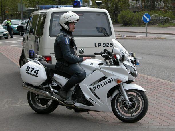 Poliisi seurasi tehovalvonnassa nuorten motoristien käyttäytymistä liikenteessä ja puuttui häiritsevään ajoon. Kuvituskuva.