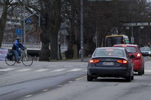 Peräänajaja maksaa, jos törmää suojatien eteen pysähtyneen auton perään, sanoo Riihelä. (Kuvituskuva ei liity tapaukseen).
