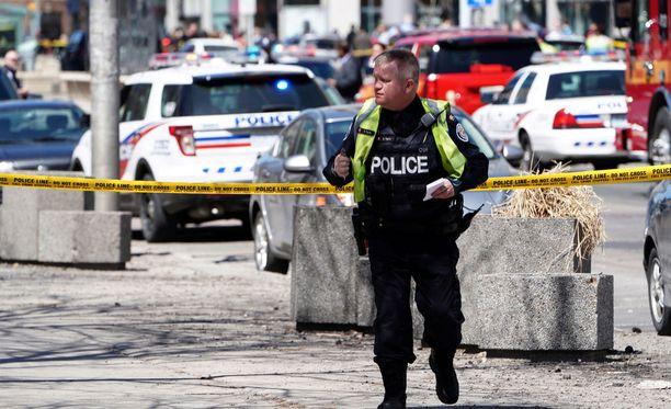 Pakettiauto ajoi väkijoukkoon Torontossa maanantaina.