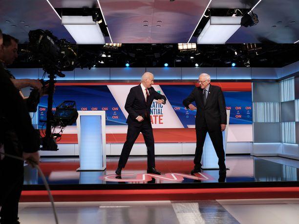 Biden ja Sanders näyttivät tämän päivän kättelyn mallia ennen sunnuntaista vaaliväittelyään, joka käytiin ilman yleisöä.