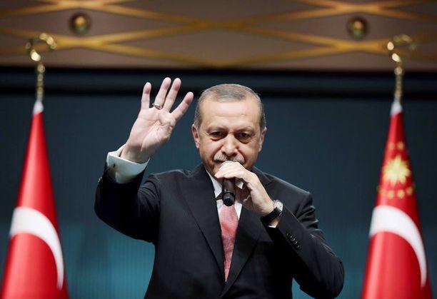 Presidentti Recep Tayyip Erdogan on ilmoittanut, etteivät perustuslakituomioistuimen päätökset koske häntä. Hän julisti eilen Turkkiin poikkeustilan.