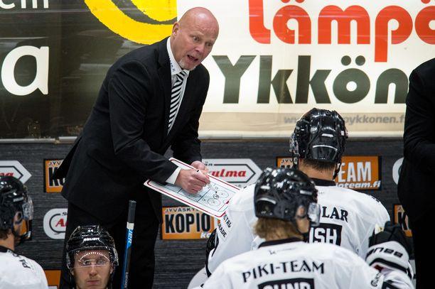 Marko Virtanen (takana vasemmalla) sai vaikean alun TPS:n peräsimessä.