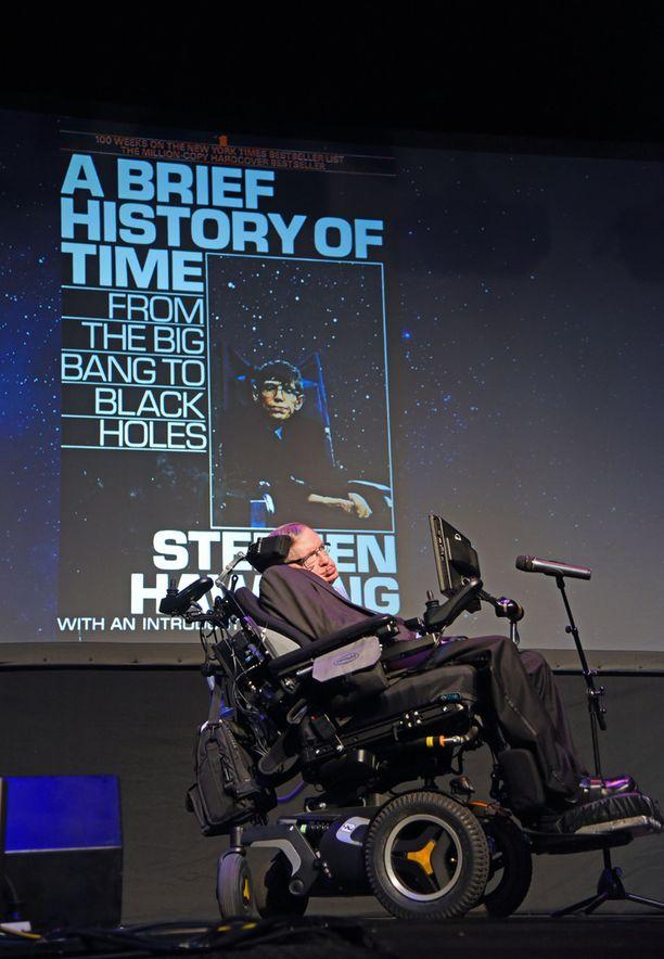 Stephen Hawking tunnettiin bestseller-kirjastaan Ajan lyhyt historia, jota on myyty miljoonia kappaleita. Kirja kertoo yleistajuisesti muun muassa alkuräjähdyksestä ja mustista aukoista. Hawkingin mukaan jokainen yhtälö olisi puolittanut kirjan lukijamäärän. Siksi kirjassa on vain yksi yhtälö: Albert Einsteinin kuuluisa E=mc², joka tarkoittaa sitä, että energian E ja massan M välillä on yhteys. Kerroin c² on puolestaan valonnopeuden toinen potenssi eli valonnopeuden neliö.