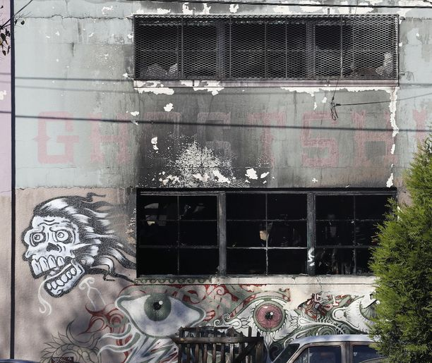 Ghost Ship -nimellä tunnettu rakennus syttyi ilmiliekkeihin joulukuun 2. päivänä 2016.