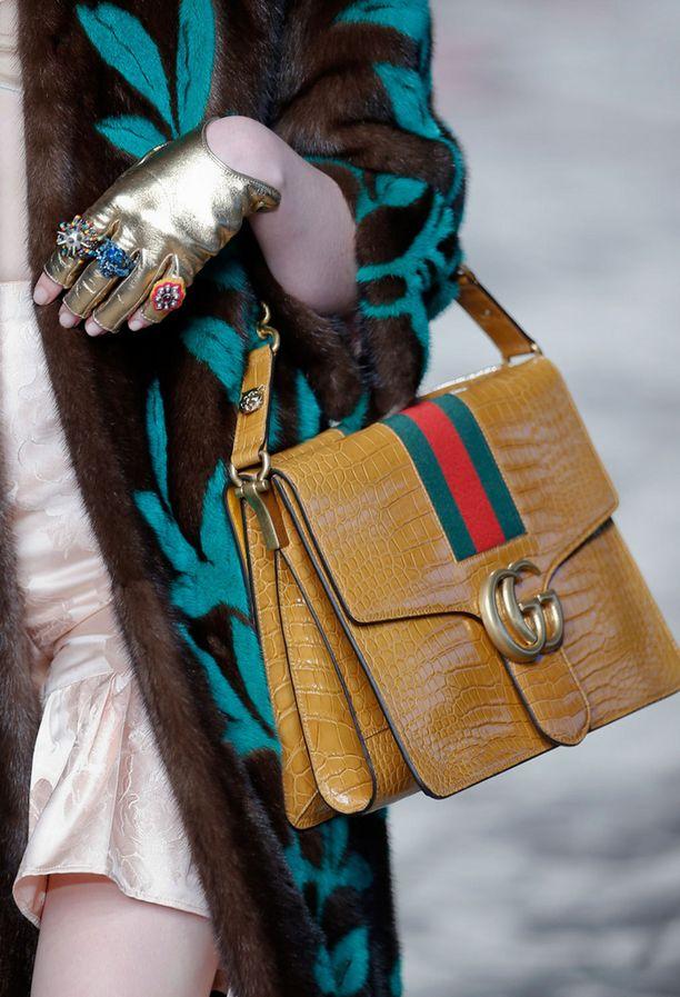 Gucci toi takaisin merkin vintage-henkiset, logoin somistetut asusteet.