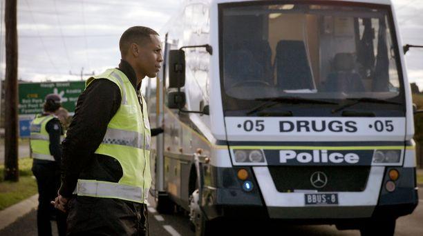 Juontaja-näyttelijä Reggie Yates yrittää selvittää, mistä Australian huumeongelma johtuu.