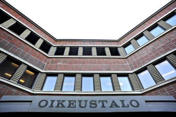 Tapio Lahtinen vastasi vapana miehenä käräjäoikeudessa, mitä hän ei pitkään ole, mikäli tuore päätös saa lainvoiman. Kuvassa Porin oikeustalo.