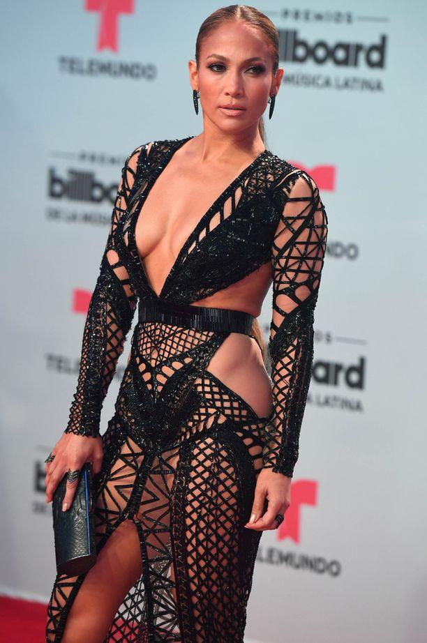 Jennifer Lopez poseerasi aluksi tummassa asussa.