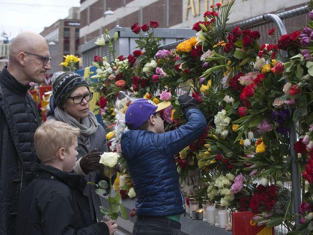 Ihmiset kerääntyivät muistamaan terrori-iskussa kuolleita huhtikuussa 2017 Tukholman keskustaan.