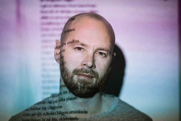 Ohjelmaa juontaa näyttelijä ja ohjaaja Ulf Stenberg.