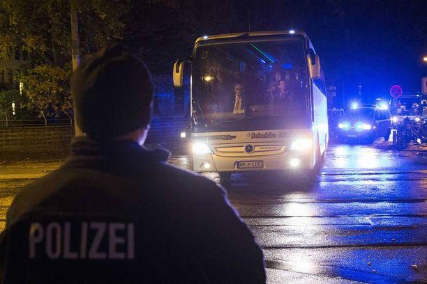 Hollannin jalkapallomaajoukkue lähti poliisin saattamana turvaan hotellille Hannoverissa viime viikon tiistaina.