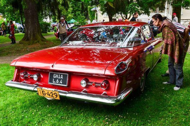 Amerikkalaisvaikutteet näkyvät myös Ghia L 6.4:n peräpeilin muotoilussa.