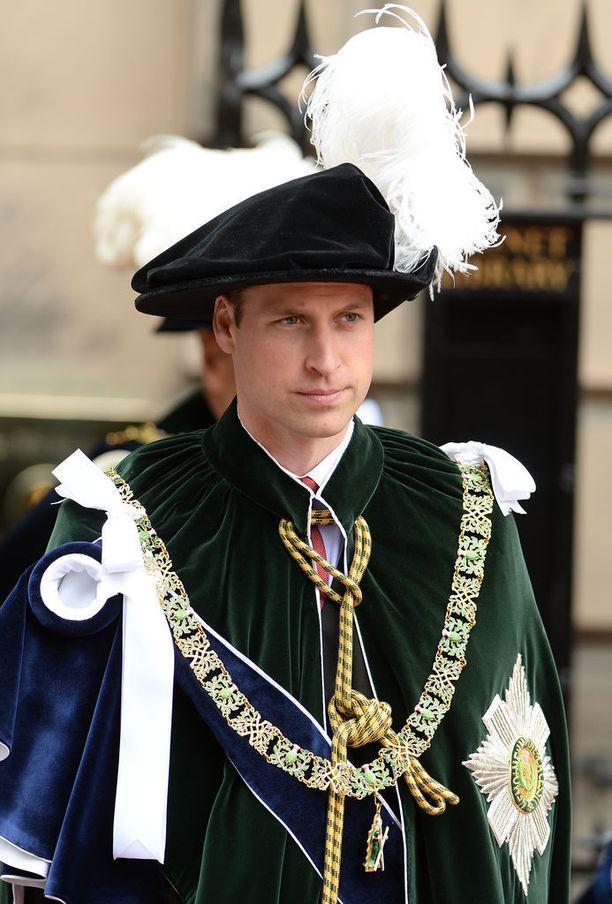 Prinssi William edusti Pyhän Gilesin katedraalilla asussa, joka toi mieleen satujen prinssit. Samankaltaiseen asuvalintaan oli turvautunut myös kuningatar Elisabet. Liekö tämä syynä prinssin vakavaan yleisilmeeseen tilaisuudessa.