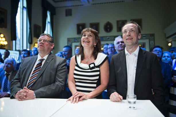 Timo Soini, Riikka Slunga-Poutsalo ja Jussi Halla-aho jännittivät yhdessä eurovaalivalvojaisissa 2014.