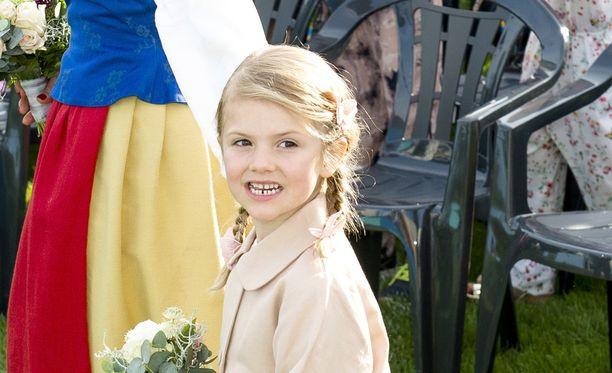Prinsessa Estelle on saanut totutella kameroihin. Tässä hän edustaa äitinsä syntymäpäiväjuhlilla.