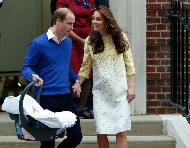 Herttuapari lähti lauantai-iltana sairaalasta päästyään Kensingtonin palatsiin pienen nyytin kanssa.