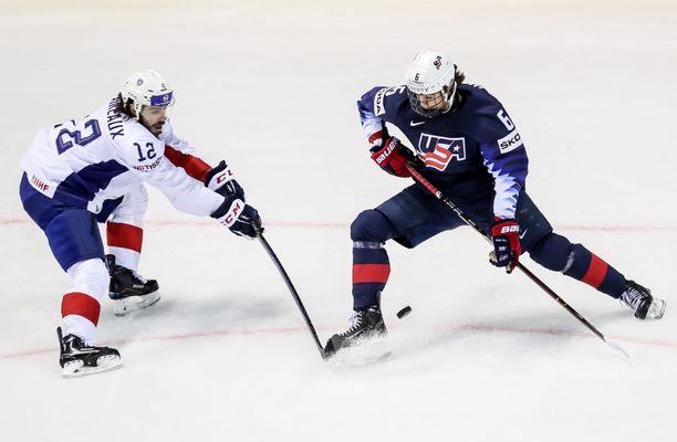 Jack Hughes (oikealla) on vahva ehdokas NHL:n ykkösvaraukseksi tänä kesänä. MM-kisoissa ruuti on toistaiseksi ollut märkää.