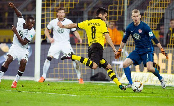 Dortmundin Ilkay Gündogan ampuu. Lukas Hradecky torjuu.