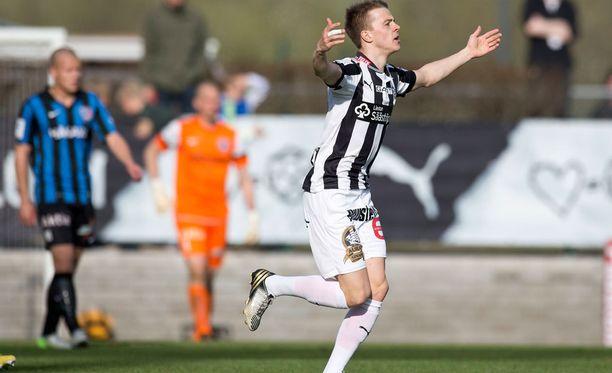 TPS:n Roope Riski juhlii maalia Interiä vastaan 2013.