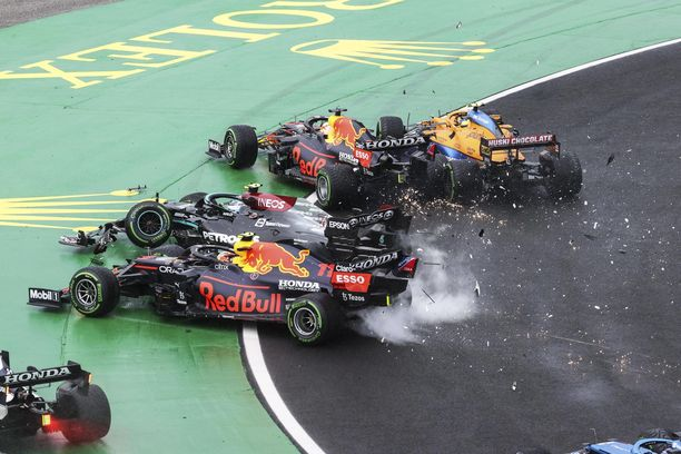 Valtteri Bottas aiheutti törmäilyllään kaaoksen.