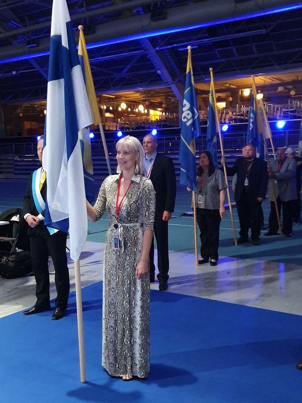Laura Huhtasaari puolekokouksessa lauantaina.