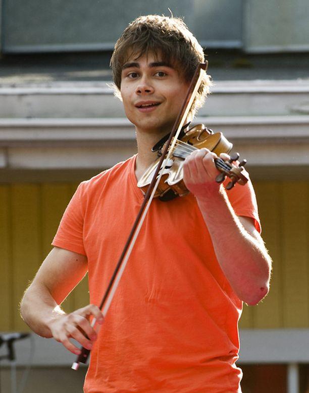 Alexander Rybak esiintyi kuukausi sitten Särkänniemessä televisioidussa Pitkä kuuma kesä -ohjelmassa.