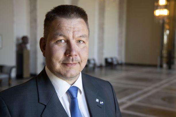 Kansanedustaja Juha Mäenpää on järkyttynyt tulipalosta mutta kiitollinen, että kotitalo saatiin kuitenkin pelastettua.