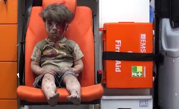Kuva kotinsa menettäneestä Omran Daqneeshista ambulanssin penkillä herätti monet ymmärtämään todellisuutta Syyriassa.
