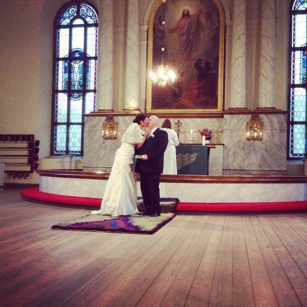 Jasmin Mäntylän ja Dennis Bramleyn avioliitto siunattiin Oulun Tuomiokirkossa läheisten läsnäollessa.